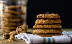 Křupavé čokoládové sušenky jsou s konopným máslem vynikající